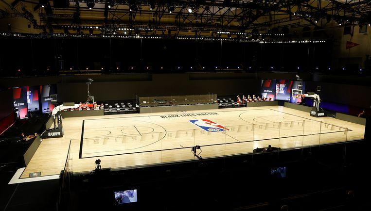 Het veld bleef leeg bij de basketbalwedstrijd van de Houston Rockets tegen Oklahoma City Thunder. Omdat de spelers van Milwaukee Bucks de wedstrijd tegen Orlando Magic boycotten uit protest tegen racisme, werden ook de overige twee wedstrijden op het programma uitgesteld.  Beeld EPA
