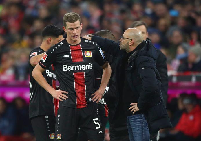 Peter Bosz in gesprek met Sven Bender tijdens het duel met Bayern München.