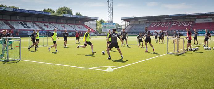 De spelers van Emmen bereiden zich voor op de eerste wedstrijd tegen Sparta.