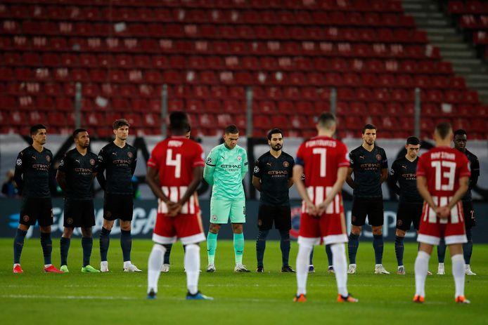 Spelers van Manchester City en Olympiakos zijn een minuut stil voor Diego Maradona.