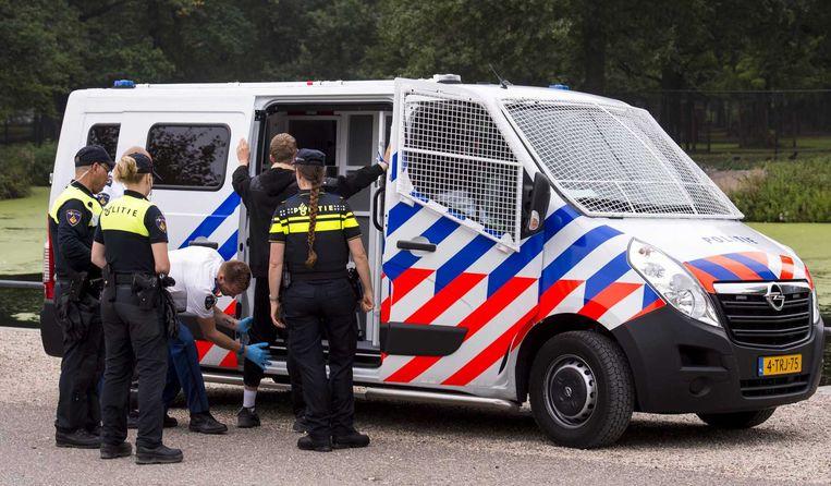 Een actievoerder wordt tijdens een demonstratie van de Nederlandse Volks-Unie aangehouden. Beeld anp