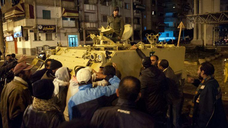 Demonstranten schreeuwen tegen een soldaat in de stad Port Said, nabij het Suezkanaal. Beeld afp