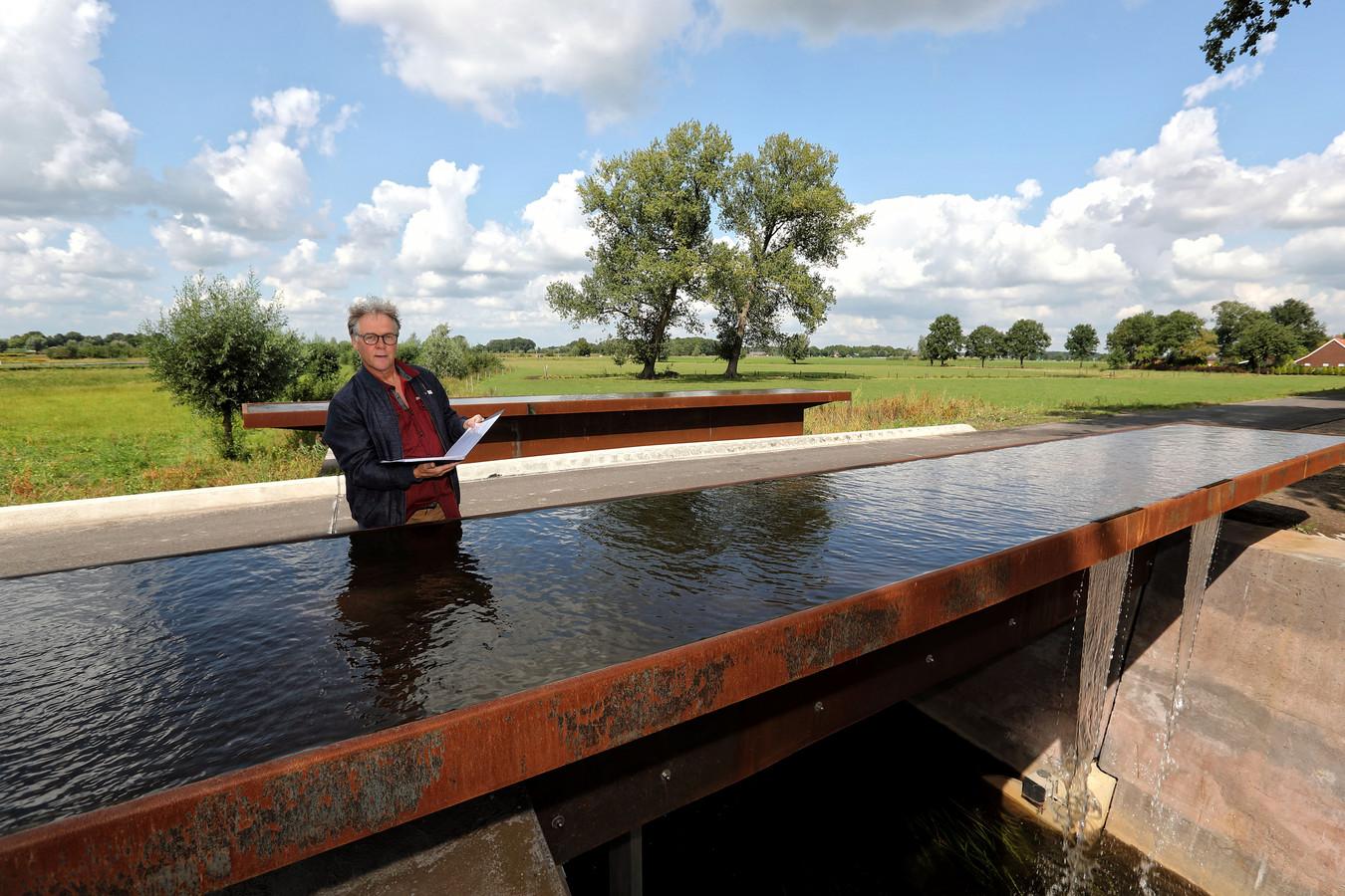 Stadsdichter Eric van Deelen leest een gedicht uit de Gedichtenroute voor, op de brug over de Oude Turfvaartsestraat bij Nispen.