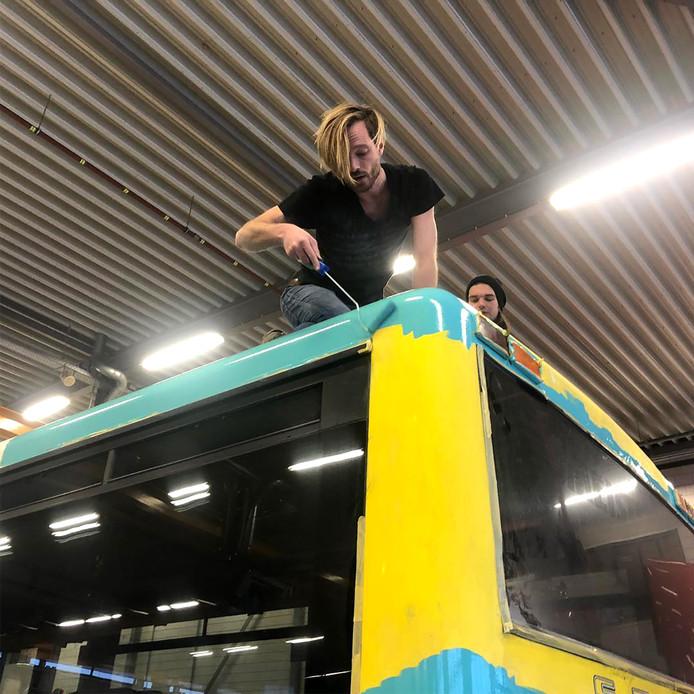 Rikko Voorberg beschildert de bus.