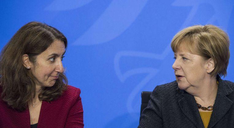 Bondskanselier Angela Merkel (R) en minister Aydan Oezoguz (Integratie) Beeld anp