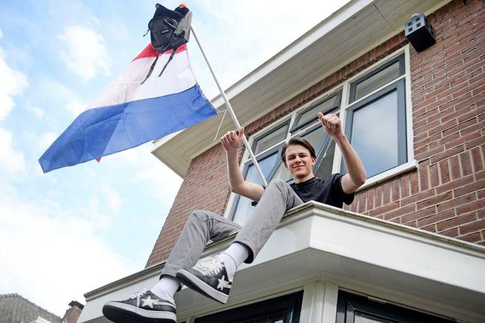 Zonder centraal eindexamen maar wel geslaagd voor zijn Havo-diploma: bij Luka Tudor (18) uit Enschede is de vlag al uit.