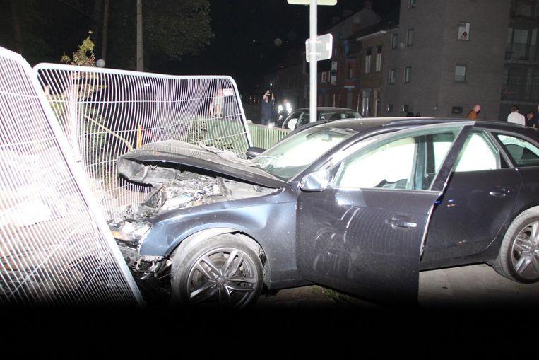 De Audi A4 van het koppel kwam tegen werfhekken terecht.