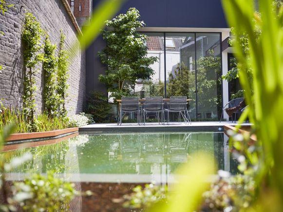 Het absolute pronkstuk in de tuin is de zwemvijver met een prachtige rand in cortenstaal.