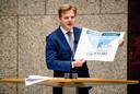 Pieter Omtzigt (CDA) geeft uitleg over koopkracht ontwikkeling in de Tweede Kamer tijdens een overleg over de Fiscale verzamelwet. ANP BART MAAT