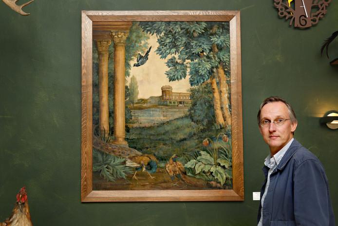 Directeur Kees Moeliker is dolblij met de nieuwe aanwinst van Natuurhistorisch Museum Rotterdam, een schilderij met daarop het pand waarin het museum in gevestigd is.