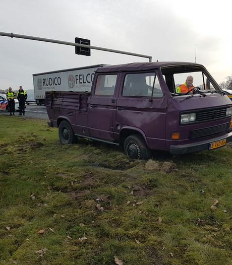 Busje slaat over de kop na aanrijding in Holten