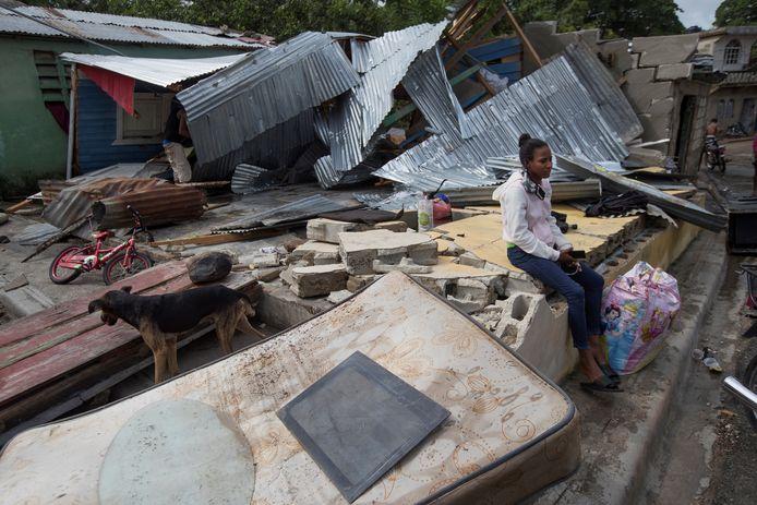 Een vrouw in Hato Mayor op de Dominicaanse Republiek zit tussen de brokstukken van haar door de orkaan Isaias verwoeste huis. Zondag arriveert de orkaan naar verwachting in Florida.