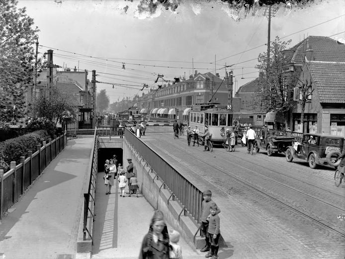 Spoortunnel voor voetgangers en fietsers bij de Amsterdamsestraatweg in 1928.