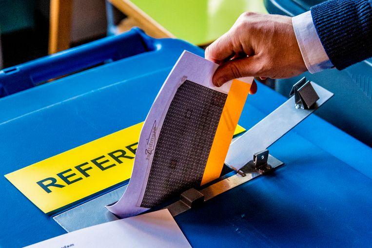 Partijen van buiten de coalitie raakten vanavond tijdens het debat over de referendumuitslag niet uitgepraat over de zegeningen van het instrument. Beeld ANP