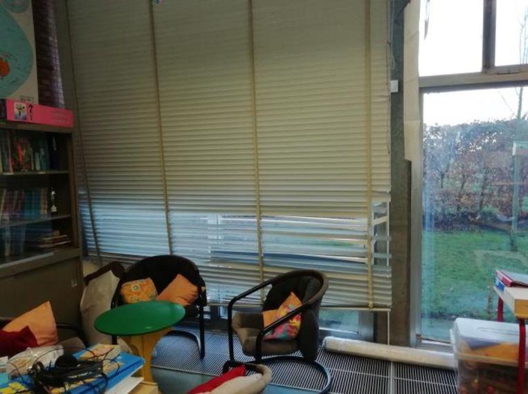 Jaloezieën in klaslokalen zijn al lange tijd kapot en raken maar niet hersteld.