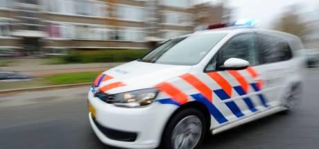 Wegspringende voetganger kan auto in Zutphen niet ontwijken, raakt gewond