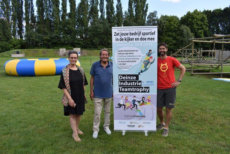 Yannic De Meyer van Deinze Industrie, sportschepen Norbert De Mey (Open Deinze) en Daan Boydens van Teamadventure.