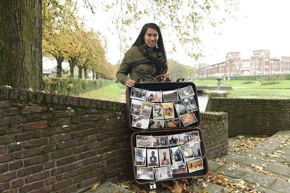 """Kay met haar reiskoffer, waarin ze België en Afrika vergelijkt met foto's. """"Er zijn verrassend veel gelijkenissen."""""""