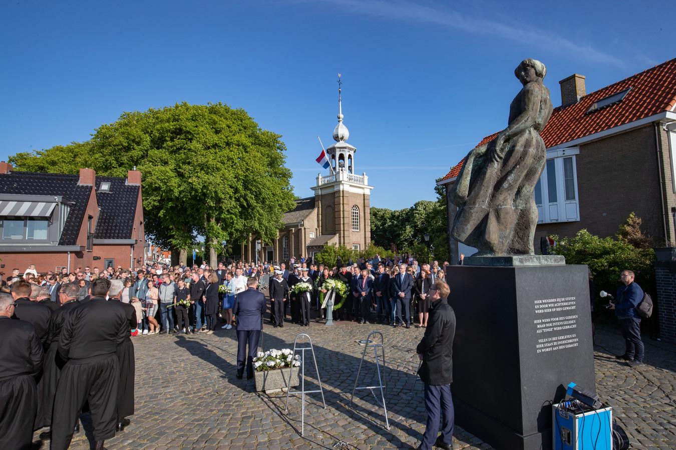 De jaarlijkse herdenking bij het vissersmonument op Urk werd ook zaterdag weer druk bezocht.