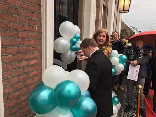 Wethouder Immink en Lorenzo, een van de gasten van de dagbesteding, verrichten de officiële opening.