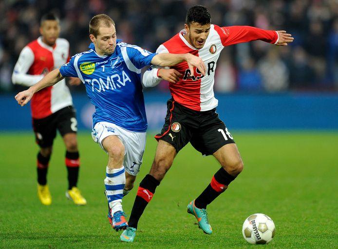 Als speler van AGOVV in De Kuip in duel met Feyenoorder Harmeet Singh.