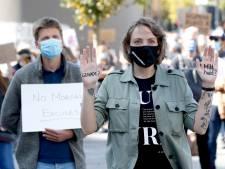 Velen bij Moria-demonstratie op Jaarbeursplein: 'Ze hebben niet alleen slaapzakken en kleding nodig, maar húlp'