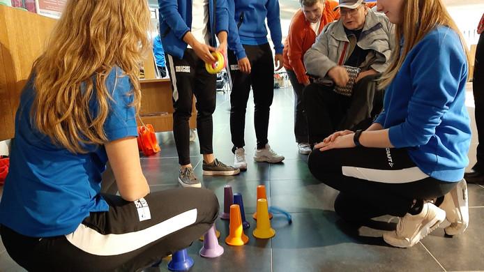 Ouderen doen spelletjes met studenten