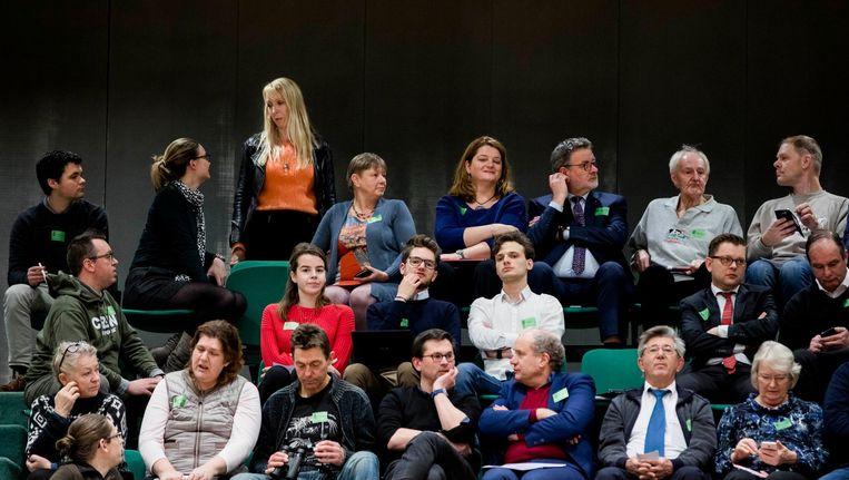GroenLinks-Kamerlid Liesbeth van Tongeren staat op de avond het gasdebat in de Tweede Kamer, medio januari, op de publieke tribune te praten met inwoners uit het Groningse aardbevingsgebied. Beeld Freek van den Bergh