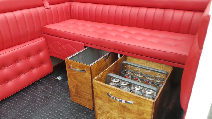 De mini-bar en zetels van de limokoets.