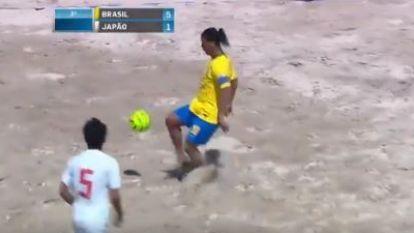 Nog altijd een absolute topper in het strandvoetbal: Ronaldinho pakt uit met heerlijke hattrick