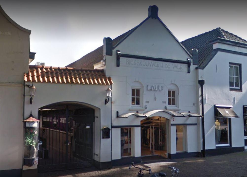 Entree van het keldercafé, op het belendende pand staat nog de naam van Bierbrouwerij De Valk