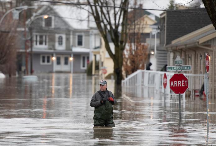 Een straat in Sainte-Marie, Quebec, waar de Chaudiere rivier buiten zijn oevers is getreden.