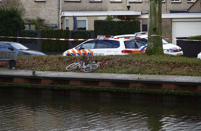 De damesfiets van de vermiste man is langs de kant van het Apeldoorns Kanaal gevonden.
