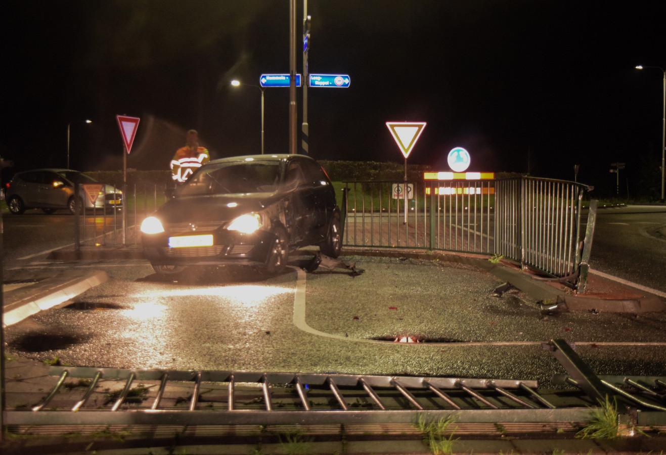 Vlak voor een rotonde in de N314 bij Hummelo is een automobilist de macht over het stuur verloren en tegen een hek gereden.