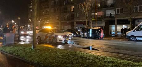 Drie aanhoudingen na onrust in Amersfoort: auto op zijn kant, zwaar vuurwerk en stenen naar agenten gegooid