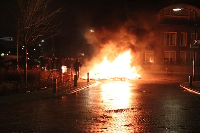 Caravan gaat in vlammen op in Veen.