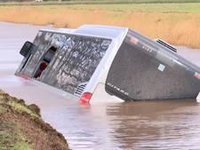 Lijnbus waait water in, inzittenden ontsnappen met noodhamer