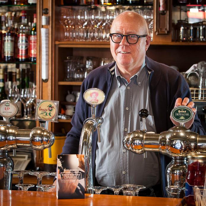 Wie 48 jaar achter de bar stond, heeft veel te vertellen. Roosendaler Jac Wezenbeek (68) vulde er een boek mee.