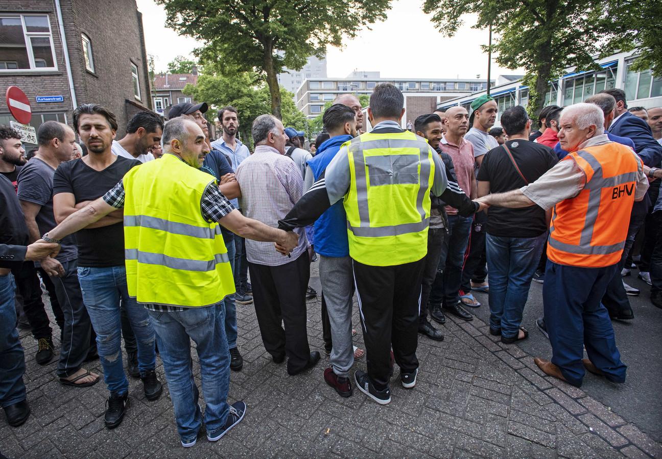 Een menigte verzamelde zich bij de moskee om tegen de demonstratie van Pegida te demonstreren.