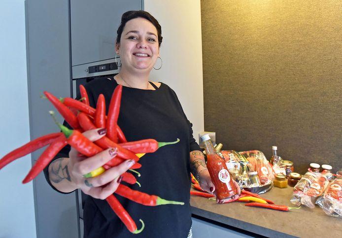 Kim van de Velde van Vuur & Vlam maakt zelf haar sambal, chilisaus en pikante olie.