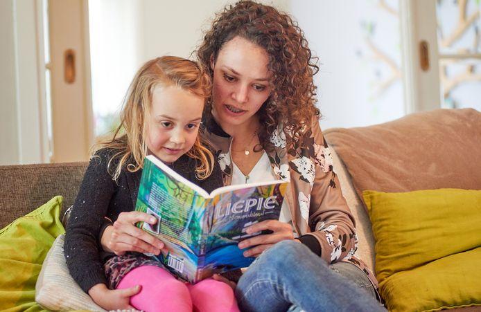 Joanne Jerbic kan nu zelf de verhalen van Liepie aan haar kinderen voorlezen. In dit geval dochter Elena.