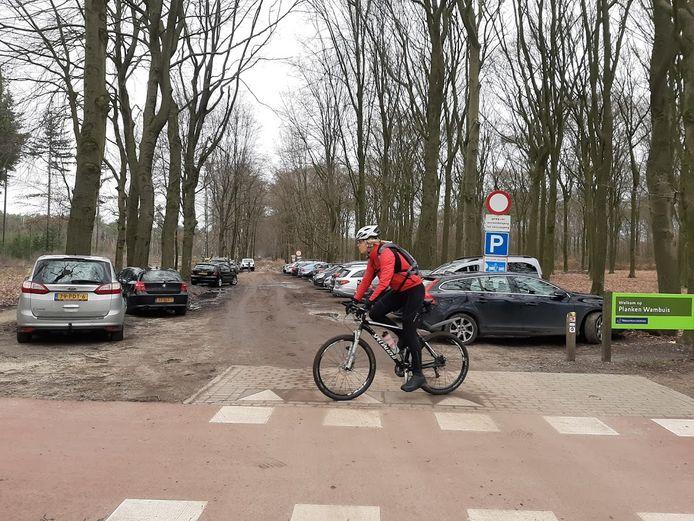 Vol parkeerterrein bij natuurgebied Planken Wambuis bij Ede.
