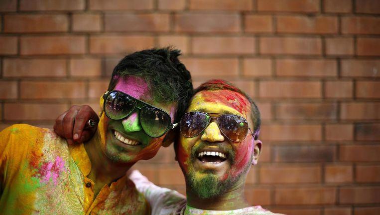 Twee studenten in Dhaka, Bangladesh, vieren het Holi-festival. Bangladesh staat op de elfde plaats in de Happy Planet Index. Beeld ANP