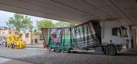 Vrachtwagen rijdt zich klem onder spoorviaduct in Leidsche Rijn, en hij is niet de eerste