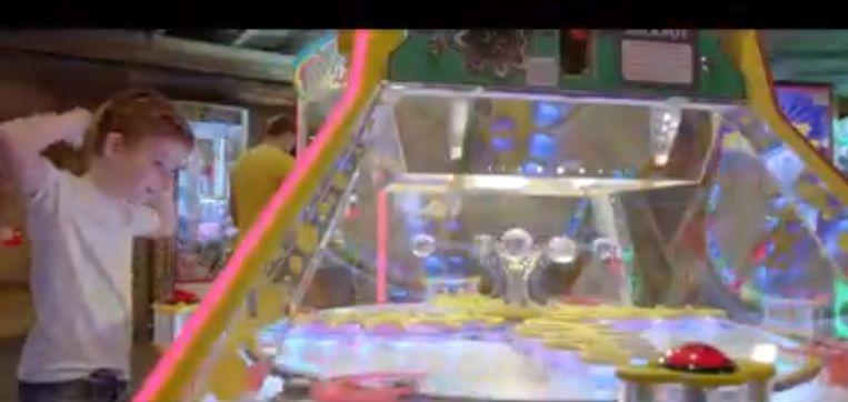 Beeld uit de Pano-reportage: in Center Parcs de Vossemeren (Lommel) konden kinderen spelen met een machine die wel veel weg had van een roulette.  De Kansspelcommissie heeft het toestel vrijdag verzegeld.