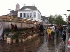 Omstanders overmeesteren zakkenrolster op markt in Zwolle