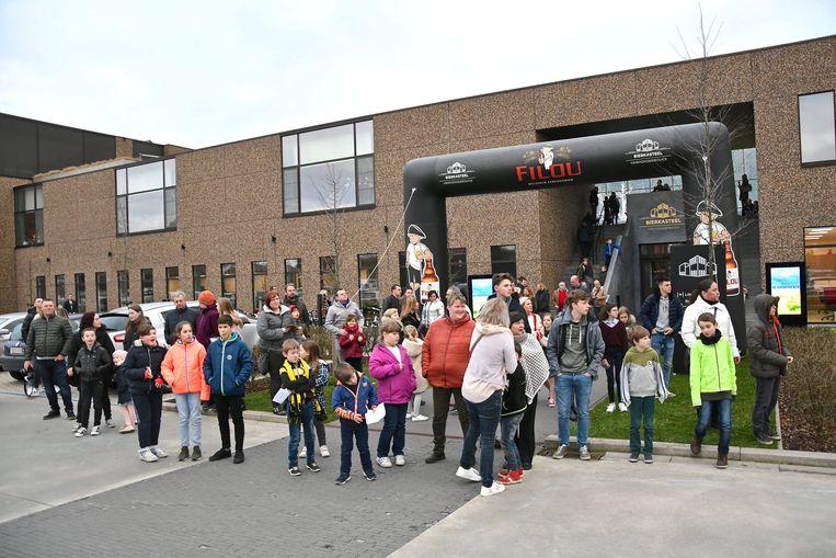 Tientallen fans wachtten de acteurs op bij hun aankomst.