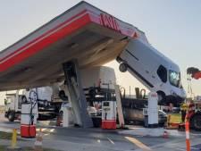 Bizarre beelden: vrachtwagen trekt dak van tankstation omver