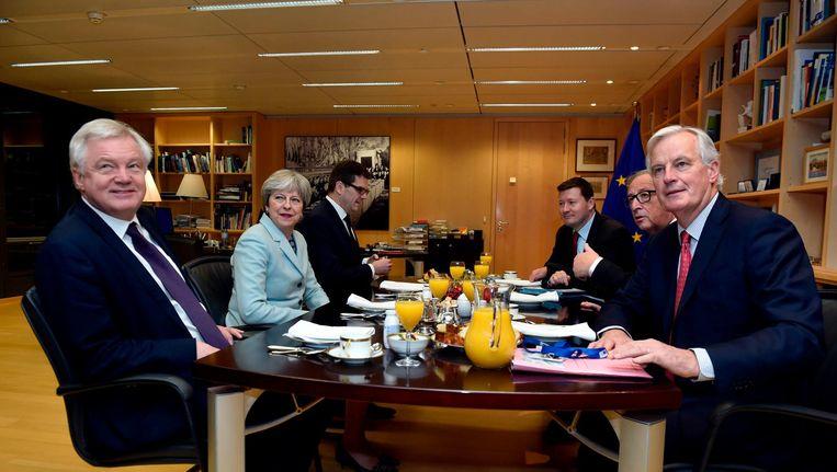 De Brexitonderhandelaars aan de onderhandelingstafel Beeld null