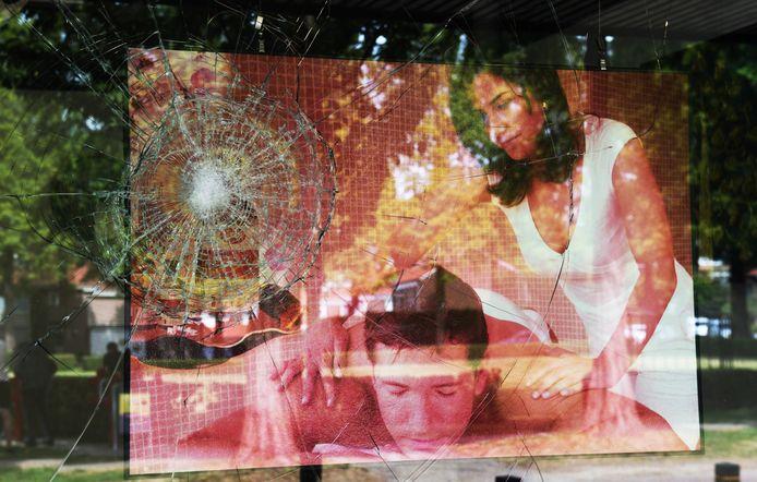 Bij de Thaise massagesalon aan de Schoolhof  West in Culemborg is de laatste kapot gegooide winkelruit nog niet vervangen.